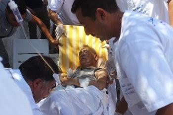 Los sanitarios atienden a los heridos por los atentados en Susa.