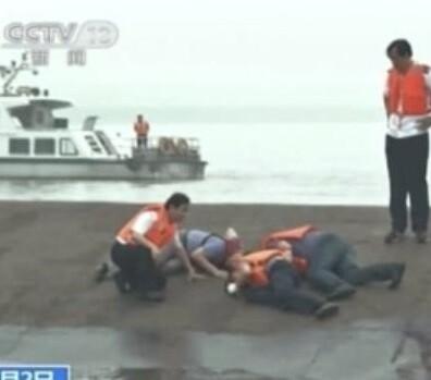 Miembros de los servicios de rescate escuchan los sonidos de casco en busca de supervivientes.