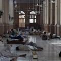 Muchos habitantes buscan el refugio de los edificios y de los templos para protegerse del calor asfixiante.