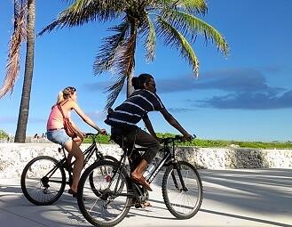 Personas paseando en bicicleta.