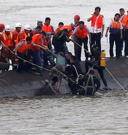 Rescate de uno de los supervivientes del barco hundido.