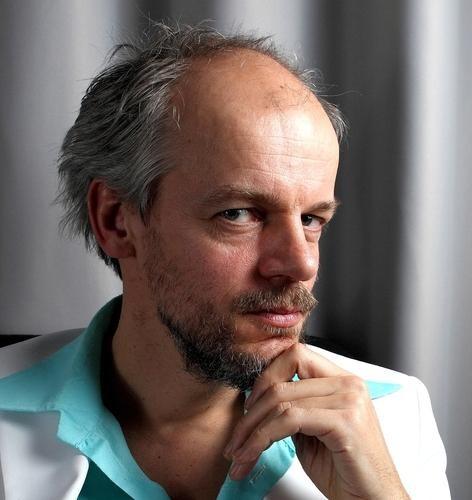 Rick Treffers es compositor, cantante y guitarrista.
