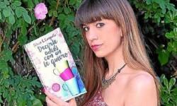 Silvia C. Carpallo con su libro 'Decirte adiós con un te queiro'.