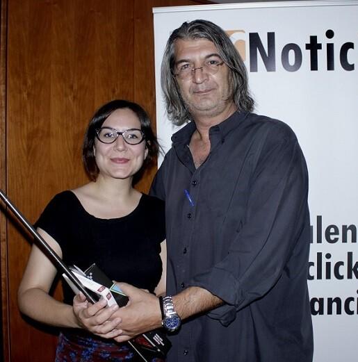 Silvia recibe su premio como suscriptora del periódico en la sede de Valencia Noticias.