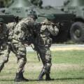 Soldados ucranianos hacen ejercicios en un campo de entrenamiento.