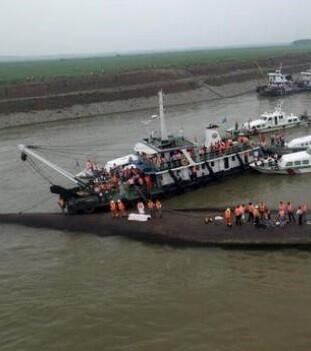 Trabajos con la grúa para girar el barco.