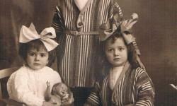 Tres niñas, tres lazos. Foto Derrey, 1916