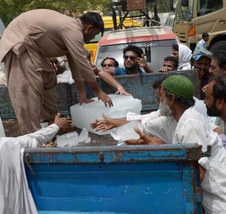 Un camión del servicio público reparte hielo entre la población.