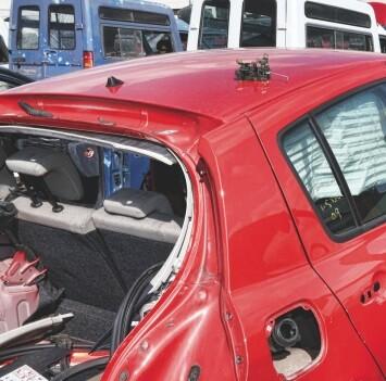 Un coche viejo y roto en un desgüace.