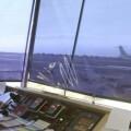 Un controlador aéreo observando la llegada de un avión.