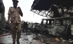 Un oficial de los servicios de bomberos inspecciona los restos de la estación de gas tras la explosión en Accra, Ghana