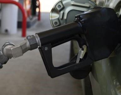 Un vehículo cargando gasolina.
