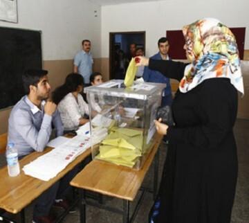 Una mujer votando durante las elecciones legislativas en Turquía.