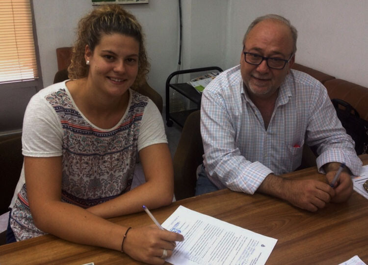 Anabel Mateo, junto al presidente del CH Canyamelar Valencia, Manuel Gómez, en el acto de la firma.