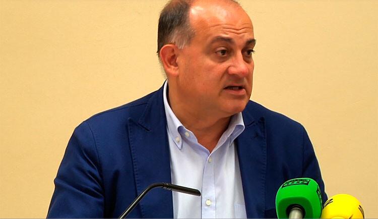 Joan Calabuig comenta ante los medios las medidas adoptadas por la Junta de Gobierno.