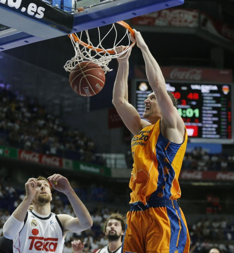 Lischuck derrochó garra y poderío para mantener al Valencia Basket en la pomada hasta el final. Foto: M. A. Polo / Valencia Basket