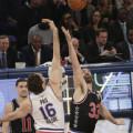 El histórico salto inicial del pasado All Star de la NBA, primero entre dos hermanos, fue protagonizado por Pau y Marc Gasol. Foto: FEB