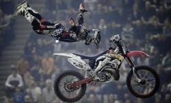 Motos de motocross, saltos, acrobacias en el show de motos en la monster jam Valencia