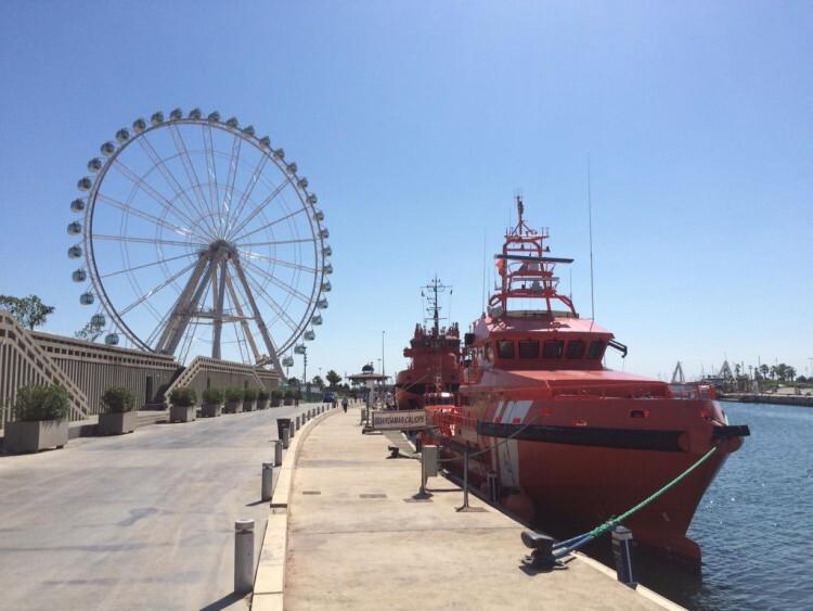 La Marina Real, con la noria gigante al fondo, acogió la Jornada de Puertas Abiertas del Centro de Coordinación de Salvamento Marítimo en Valencia.