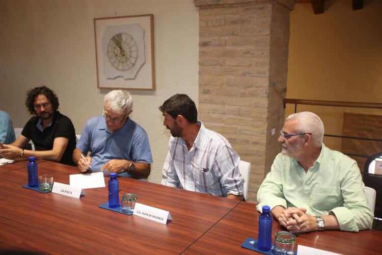 Ribó, junto al alcalde de Alboraia y el representante de la D. O. Xufa de Alboraia, esta mañana.