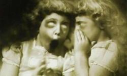 Abras visto esta imagenen en muchas paginas creepy pero se trata de un montaje de photoshop  La Fotografia original data de 1950 de fotografo Geoge Marks , Se le añadio el Filtro Verdoso para darle Un toque mas aterrador , los ojos sin pupilas son lo que lo vuelven perturbador