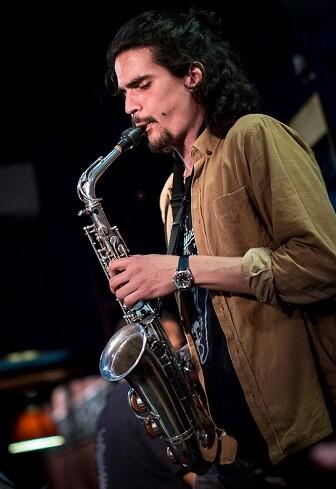 Alexey León es ya uno de los habituales saxofonistas que vemos por la Comunidad Valenciana.
