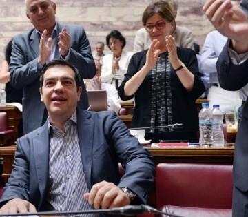 Alexis Tsipras recibió el mandato de resistir a los acreedores, pero aceptó condiciones que el Parlamento debe refrendar