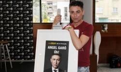 Angel Garó con el cartel de su nuevo espectáculo.