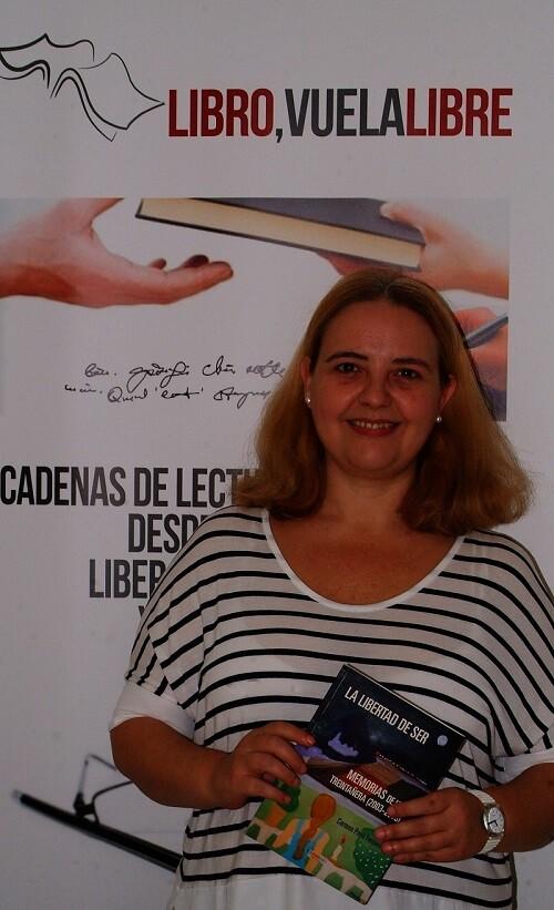 Carmen Payá Ferrando con uno de sus libros en la redacción del periódico. (Foto-R.Fariña-VLCNoticias)