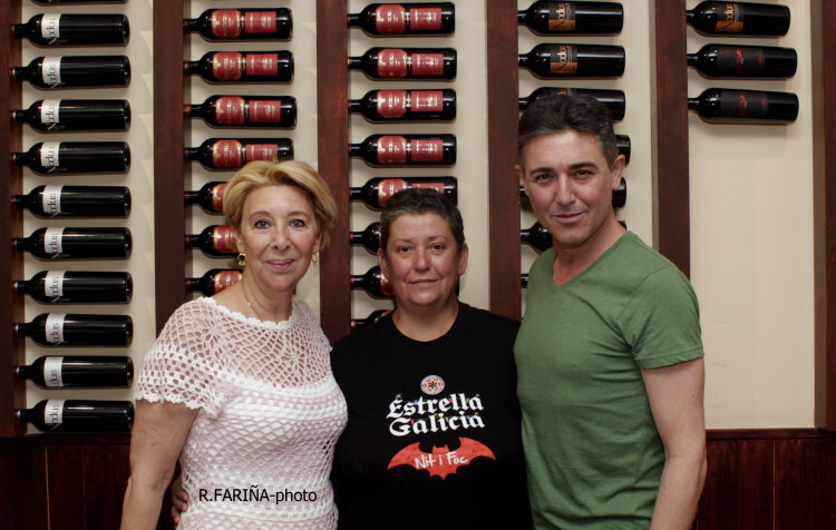 Carol Ros y Ángel Garó rodean a Cari, cocinera del Restaurante Taplà. (Foto-R.Fariña-VLCNoticias).