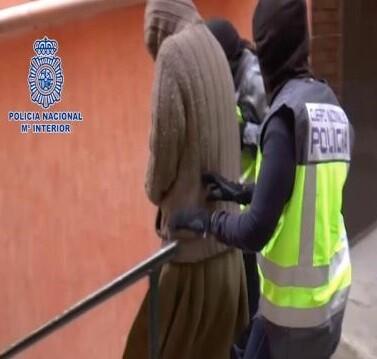 Detención de una mujer ayudante del Estado Islámico en una imagen de archvio.