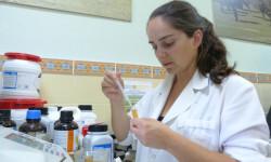 La investigadora Sara Rodrigo en el laboratorio. / UEx