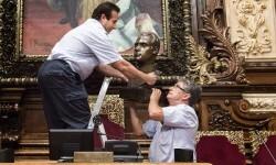 COLAU RETIRA EL BUSTO DE JUAN CARLOS i DEL SALÓN DE PLENOS DEL AYUNTAMIENTO