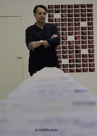 El artista junto a la larga hilera de postales que cien personas enviaron al espacio expositivo. (Foto-R.Fariña-VLCNoticias)