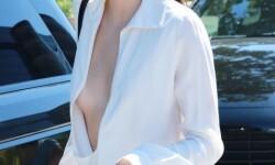 El escote de Kendall Jenner a plena luz del día (3)