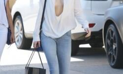 El escote de Kendall Jenner a plena luz del día (5)