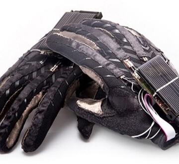 El guante detecta los gestos de la mano y los asocia con las letras del alfabeto internacional de 26 letras.