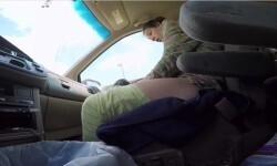 El increíble momento en que una mujer da a luz en el auto