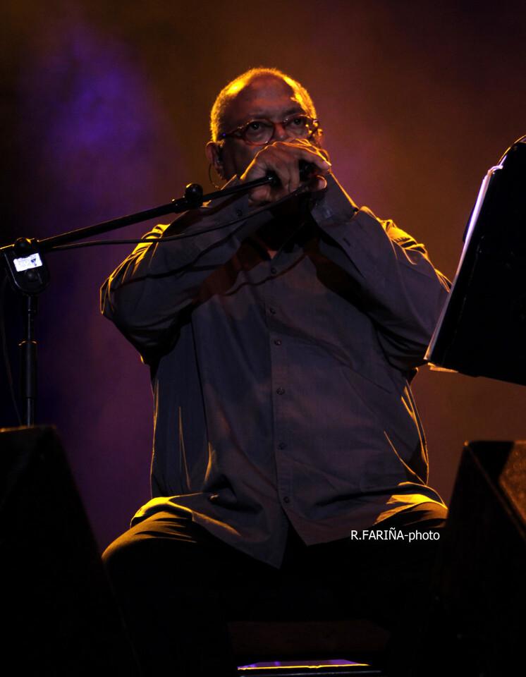 El público valenciano disfrutó con las canciones de uno de los grandes autores de la música popular latinoamerica. (Foto-R.Fariña-VLCNoticias).