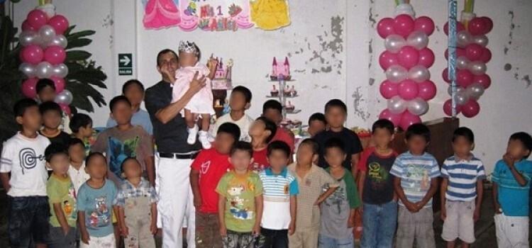 El pater Ignacio con los niños y niñas del Hogar de Nazaret.