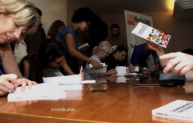 Familiares, amigos y compañeros de la iniciativa intercambiaron ejemplares y firmas.