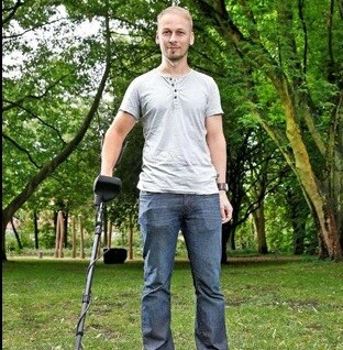 Florian Bautsch, con su detector de metales