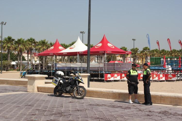 Dos agentes de la Policía Local de Valencia, en el paseo marítimo junto a la playa de las Arenas. Foto: Javier Furió