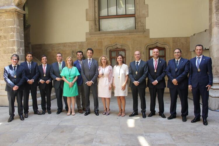 El presidente provincial del PP en Valencia, Vicente Betoret, rodeado de los demás diputados provinciales en el patio de la sede de la Diputación de Valencia.