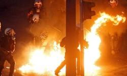 Jóvenes encapuchados arrojaron 'cócteles incendiarios' a la policía cerca del Parlamento griego.