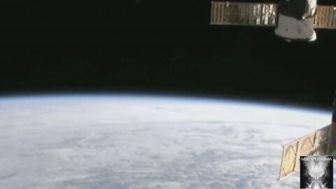 La agencia estadounidense interrumpió un vivo desde la Estación Espacial Internacional justo después de que tres luces se vieran alejándose de la Tierra. El video y las teorías conspirativas