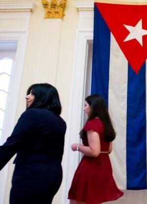 La bandera cubana ya luce sus colores en el interior de la embajada.