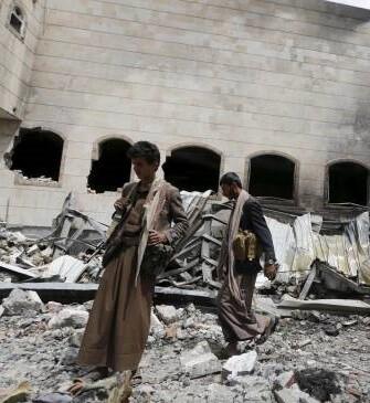 La coalición encabezada por Arabia Saudí bombardea posiciones del movimiento hutí en diferentes zonas del Yemen.