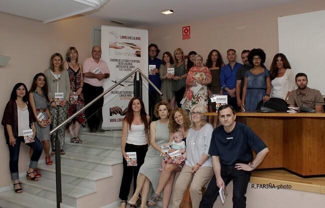 Los 21 componentes de la antologia rodeando a José Carlos Morenilla, José A. Grazón y a Aurora Luna.