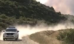 Los bomberos y la policía supervisan las carreteras ya que el incendio se controla por zonas.